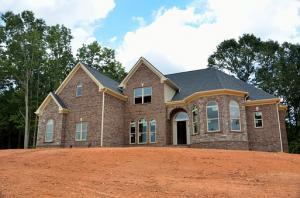 Korzystanie z terenu sąsiadów przy budowie domu